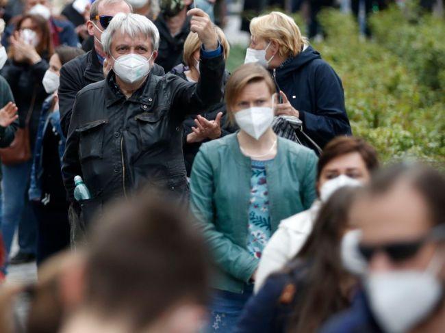 V Česku od 10. mája nebude treba vonku nosiť rúška, otvoria sa aj ďalšie služby