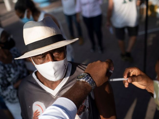Niektoré brazílske mestá pozastavili očkovanie druhou dávkou