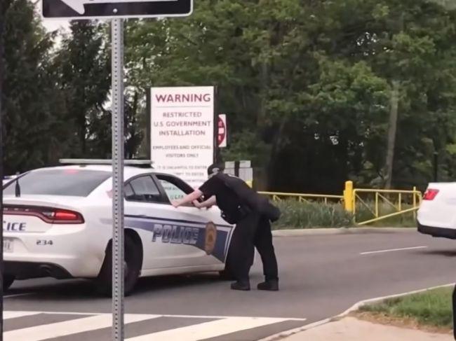 Agenti FBI postrelili pred sídlom CIA ozbrojeného muža