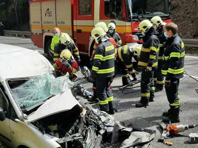 Všetky záchranné zložky zasahovali pri tragickej nehode na Donovaloch