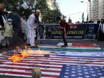 Pakistanskí demonštranti podpálili izraelskú a americkú vlajku