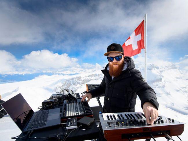 Francúzsky dídžej si zahral v Alpách