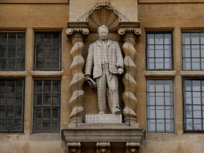 Oxfordskí učitelia pre sochu kolonialistu bojkotujú akademickú činnosť