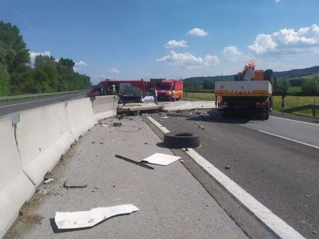 Diaľnica D1 je pre nehodu sčasti uzavretá