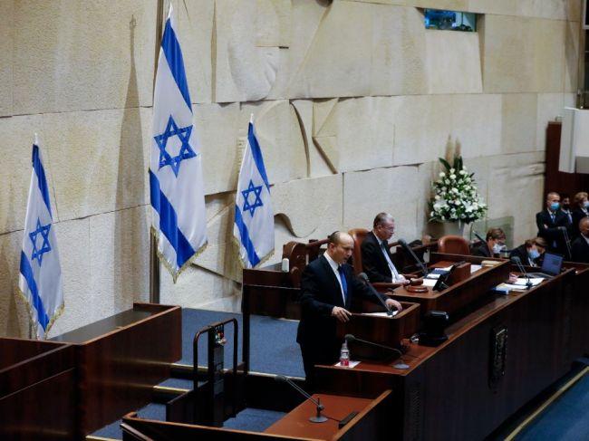 Izrael: Poslanci schválili novú vládu Naftaliho Bennetta