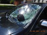 FOTO: Muž na elektrokolobežke sa zrazil v protismere s autom