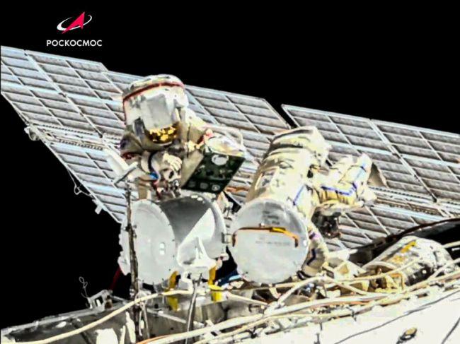 Astronauti počas výstupu do vesmíru namontovali na ISS solárny panel