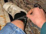 Video: Žena cítila zvláštne šteklenie pod ponožkou. Potom spustila krik