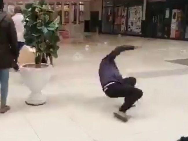 Video: Zamestnanci vyliali pred predajňou olej. Takto sa ochránili pred zlodejmi