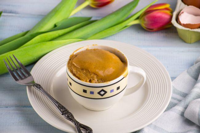Hrnčekový koláč z arašidového masla: Stačia vám tri suroviny a jedna minúta