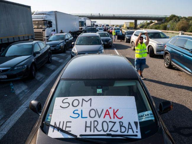 Desiatky protestujúcich zablokovali hraničný priechod Čunovo - Rajka