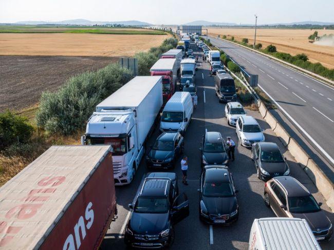 Protestujúci zablokovali hraničný priechod v Komárne, Milhosti i v Šahách