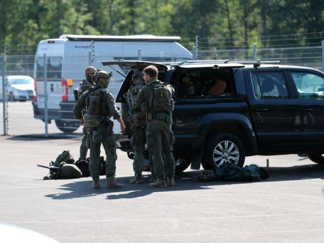 Dvaja väzni zajali dozorcov, žiadali vrtuľník