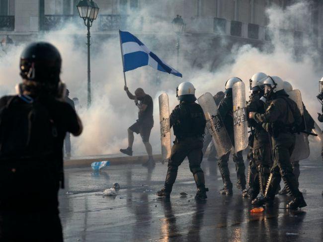 Tisícky ľudí protestovali v Aténach proti plánom na zavedenie povinného očkovania