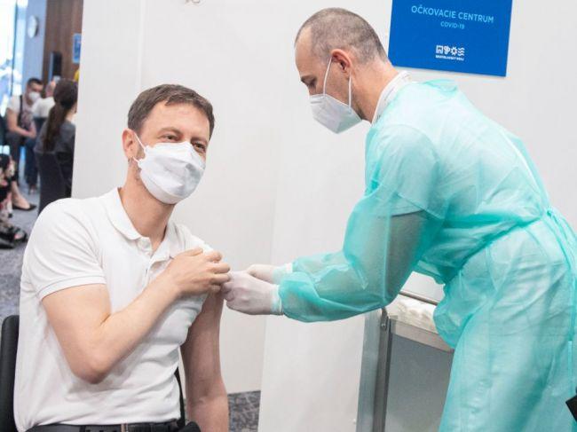 Premiér Heger dostane v piatok druhú dávku vakcíny proti ochoreniu COVID-19