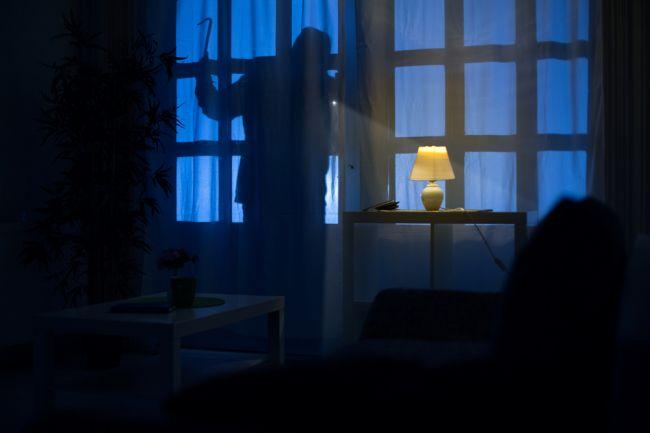 Muž vnikol do rodinného domu, majiteľka ho vyplašila tak, že ušiel