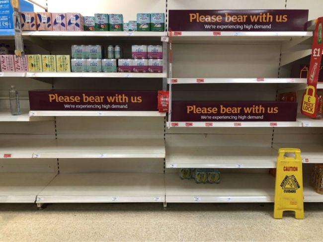 V Británii je stále viac ľudí v karanténe, rastú obavy z nedostatku potravín
