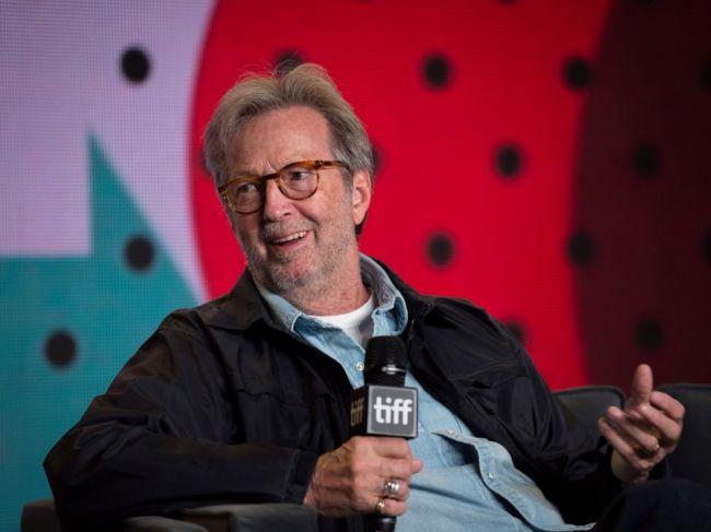 Eric Clapton odmieta hrať na miestach, kde chcú od návštevníkov očkovanie