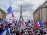Protesty proti pandemickým opatreniam v Paríži prerástli do stretov s políciou