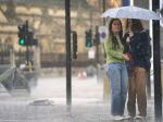 V dôsledku búrok a dažďov v Londýne zaplavilo ulice, autá uviazli na cestách