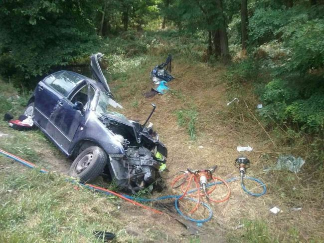 Tragická nehoda auta a kamiónu: Matka viezla v aute tri deti