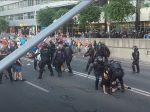 VIDEO: Ťažkoodenci začali protestujúcich vytláčať z ciest v Bratislave