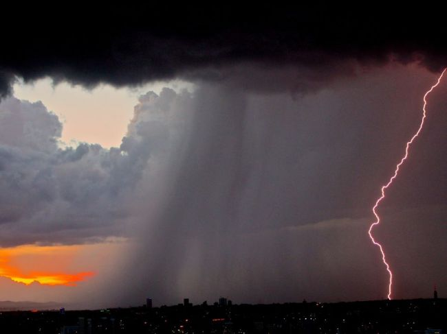 SHMÚ: Búrky hrozia v nedeľu všade, na západnom a strednom Slovensku aj silnejšie