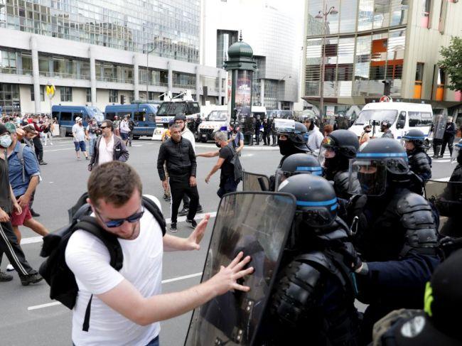 Vo Francúzsku protestovali proti covidovým pasom, zasahovala polícia