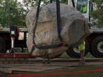 Video: Z pozemku pred univerzitou museli odstrániť balvan, mal vraj rasistickú symboliku