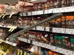 Video: Žena v supermarkete zachytila v regáli niečo nečakané