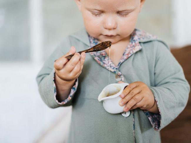 Malým deťom by ste nikdy nemali dávať med. Dôvod vás možno prekvapí
