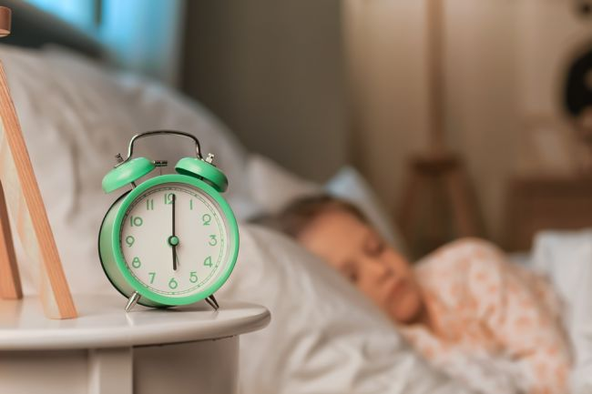 Vstávajú vaše deti príliš skoro? Takto im predĺžite spánok