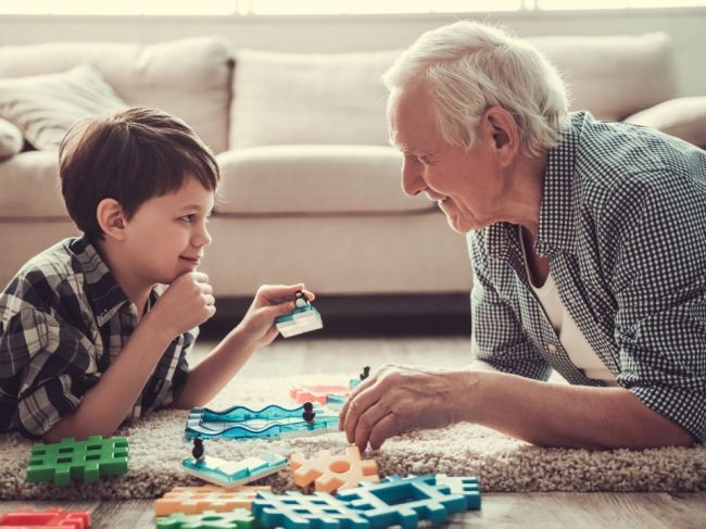 Koaliční poslanci navrhujú rodičovský príspevok pre starých rodičov