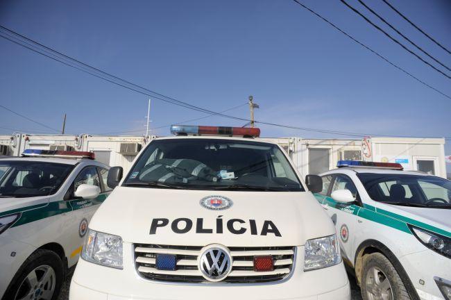 Polícia zasahovala pri bitke štyridsiatich osôb, dve našla postrelené