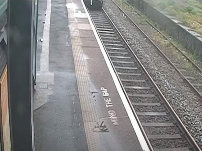 Video: Kamera na vlakovej stanici zachytila neobvyklý dopravný prostriedok na trati