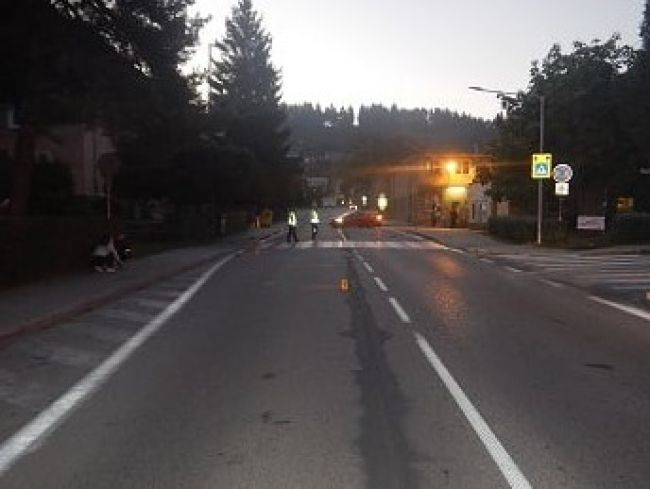 Mladý vodič zrazil pred priechodom pre chodcov 45-ročnú ženu