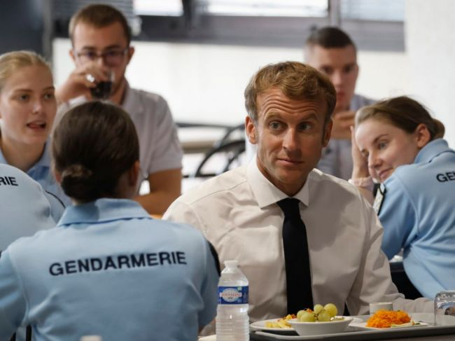 Macron oznámil nové opatrenia v oblasti transparentnosti polície