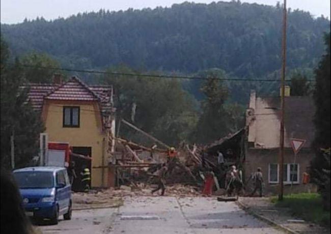 Pri zásahu hasičov vybuchol dom, dvaja ľudia zahynuli