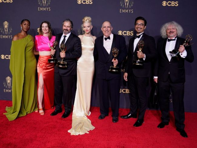 Najviac cien Emmy získali seriály Koruna, Dámsky gambit a Ted Lasso