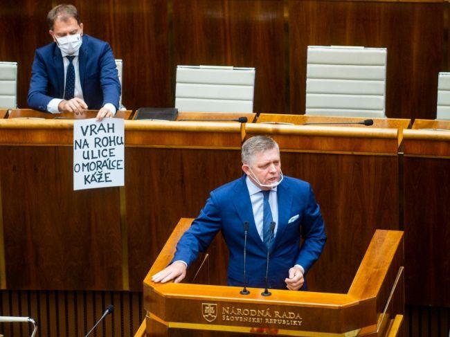 Matovič ukázal Ficovi plagát, podľa Kollára rokovací poriadok parlamentu neporušil