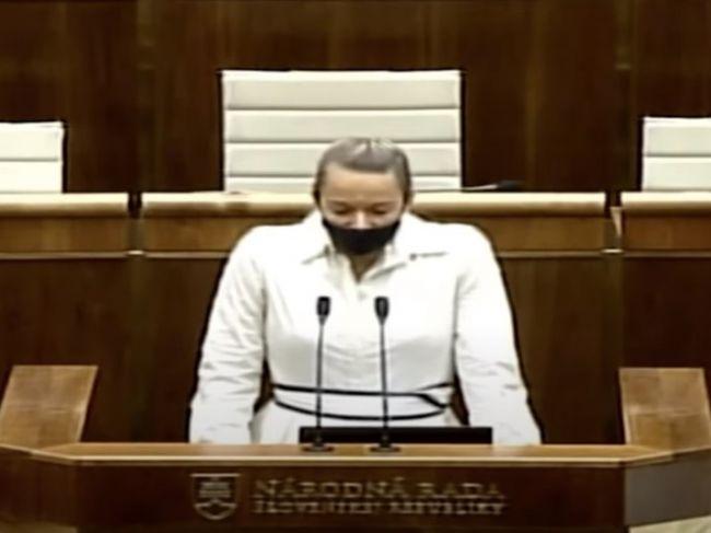 Video: Romana Tabák znovu prekvapila. V pléne NR SR sa potrebovala pomodliť