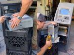 Video: Mladíci si kúpili nepoužívaný bankomat. Toto všetko našli vnútri
