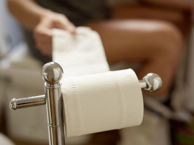 Vysokú hladinu cholesterolu odhalí aj pohľad na stolicu. Tieto 3 znaky si všímajte