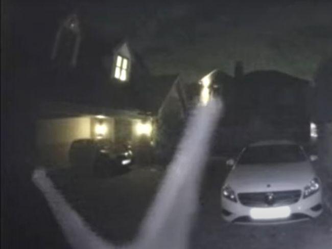 Video: Rodinu v noci vydesilo zvonenie pri dverách. Kamera zachytila záhadného návštevníka