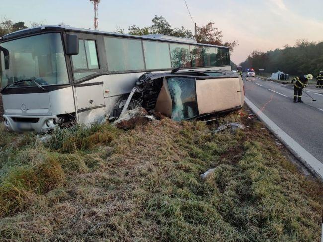 Vážna nehoda dvoch áut a autobusu: Zasahovali všetky záchranné zložky