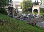 Žilinská radnica začala v noci s demontážou mosta pre peších na Vlčincoch