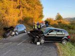 Pre čelnú zrážku vozidiel v Popradskom okrese je cesta neprejazdná