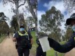 Video: Policajt si pýtal pohár okoloidúceho. Musí vraj kontrolovať, či dodržiava opatrenia