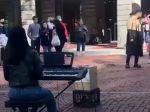 Video: Pouličná speváčka netušila, že ju sleduje známy spevák. Spievala jeho pieseň