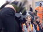 Video: Demonštranti zablokovali vodičov, tí do nich začali vrážať autami